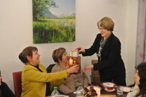 Fr. Beissert bei der Übergabe eines Dankeschön Geschenkes an Fr. Ute Frohwein-Sendl von der AWO Penzberg